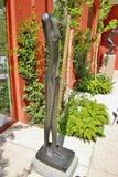 Alberto Giacomettis Bronzeskulptur ` Frau gehendes `, Venedig, Italien, Europa Lizenzfreie Stockfotos