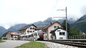 Albeuve, Zwitserland - 6 sep, 2017: De trein komt bij Albeuve-post aan Het is een kleine stad in het Gruyeres-district, Kanton va stock video