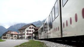 Albeuve, Zwitserland - 6 sep, 2017: De trein vertrekt van Albeuve-post Het is een kleine stad in het Gruyeres-district stock videobeelden