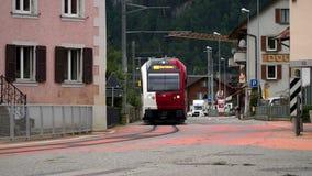 Albeuve, Zwitserland - 6 sep, 2017: De trein vertrekt van Albeuve-post Het is een kleine stad in het Gruyeres-district stock video