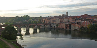 Albi. View from the old quarter over the Pont Vieux to La Madeleine at Albi Stock Photos