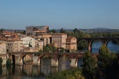 Albi Ansicht zu den alten und neuen Brücken über dem Fluss lizenzfreie stockfotos