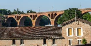 Albi bro över den Tarn floden Arkivfoto