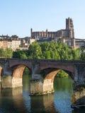 Albi bro över den Tarn floden Arkivbilder