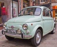 Albi, Francia - febrero, 23, 2013: el coche verde claro Fiat 500 del contador de tiempo viejo retro viejo del vintage parqueó en  Imagen de archivo libre de regalías