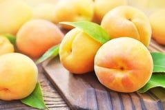 Albicocche dolci mature fresche su fondo di legno fotografie stock libere da diritti