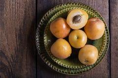 Albicocche fresche sulla tabella di legno Fotografie Stock