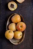 Albicocche fresche sulla tabella di legno Fotografie Stock Libere da Diritti