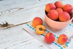 Albicocche nostrane fresche sulla tavola di legno bianca d'annata fotografie stock