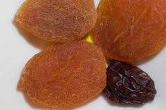 Albicocche secche e primo piano deliziosi freschi dell'uva passa immagini stock