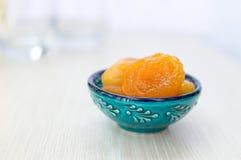 Albicocche secche su un piatto blu Fotografie Stock