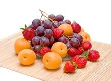 Albicocche, uva e fragole Fotografie Stock Libere da Diritti