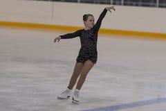 Albina Gryadovkina du Belarus exécute le programme de patinage gratuit de filles en bronze de la classe IV Image libre de droits