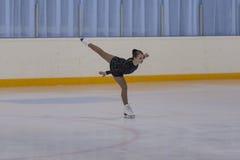 Albina Gryadovkina du Belarus exécute le programme de patinage gratuit de filles en bronze de la classe IV Images libres de droits