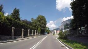 Albino Bergamo, Italien Körning av skottet, medelpunkt av sikten Körning till och med gatorna av staden stock video