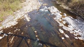 Albino, Bergamo, It?lia Paisagem do rio Serio que fluxos ao longo do vale de Seriana video estoque