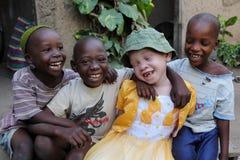 Albinobarn och pojkar i Ukerewe, Tanzania Arkivfoton