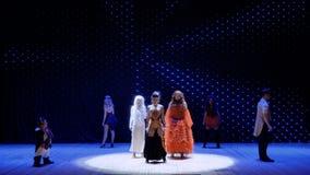 Albinoflickan, brandflickan och den skäggiga flickan utför sång på etapp i teater stock video