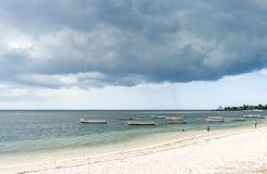ALBION,毛里求斯- 2015年12月05日:海滩在毛里求斯和游艇和印度洋 地方人民和小船 免版税库存照片