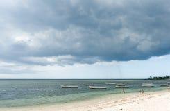 ALBION,毛里求斯- 2015年12月05日:海滩在毛里求斯和游艇和印度洋 地方人民和小船 免版税库存图片