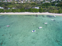 ALBION,毛里求斯- 2015年12月05日:海滩在毛里求斯和游艇和印度洋 山和棕榈树在背景中 免版税库存图片