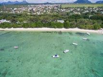 ALBION MAURITIUS - DECEMBER 05, 2015: Strand i Mauritius med yachter och Indiska oceanen Berg och palmträd i bakgrund Arkivbild