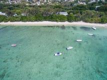 ALBION MAURITIUS, GRUDZIEŃ, - 05, 2015: Plaża w Mauritius z jachtami i oceanem indyjskim Góra i drzewko palmowe w tle Obraz Royalty Free