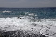 Albo con una spiaggia nera della ghiaia, Cap Corse, costa ovest, Corsica, Francia Fotografia Stock