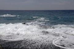 Albo z czarną żwir plażą, nakrętka Corse, zachodnie wybrzeże, Corsica, Francja Zdjęcie Stock