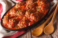 Albondigas délicieux de boulettes de viande avec de la sauce épicée sur une fin de plat Photos stock