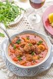 Albondigas de boulettes de viande en sauce tomate avec des champignons Image libre de droits