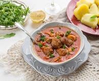 Albondigas de boulettes de viande en sauce tomate avec des champignons Photo stock