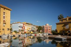 ALBORAYA SPANIEN - 25January 2019: Bostads- hus och fartyg i port Saplaya Alboraya nära Valencia Spain royaltyfri bild