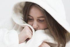 Albornoz que lleva de la muchacha enferma del adolescente con fiebre Fotografía de archivo libre de regalías