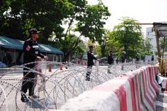 Alboroto-policía que guarda la casa del gobierno en Bangkok Foto de archivo libre de regalías