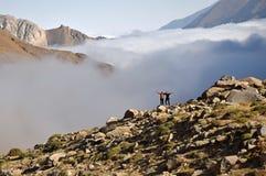 Alborz bergskedja, överst av moln arkivfoton