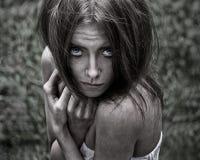 Albtraum- und Halloween-Thema: Porträt der furchtsamen Mädchenhexe im Wald Stockbilder