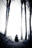 Albtraumfrau im schwarzen Kleid Stockfoto