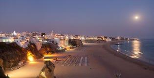 Albufeira在晚上。 大西洋海岸在葡萄牙 免版税库存照片