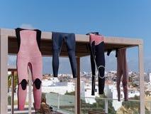 ALBUFEIRA, ΝΟΤΙΟ ALGARVE/PORTUGAL - 10 ΜΑΡΤΊΟΥ: Κάνοντας σερφ κοστούμια Στοκ Εικόνα