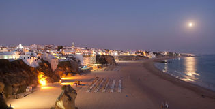 Albufeira на ноче. Атлантический свободный полет в Португалии Стоковое фото RF