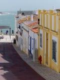 ALBUFEIRA, POŁUDNIOWY ALGARVE/PORTUGAL - MARZEC 10: Typowa ulica Obrazy Stock