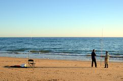 Albufeira Portugal - november 14, 2017: Portugisisk fiskare som conversating på stranden arkivbilder
