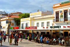 Albufeira turister som äter och dricker i restauranger i det gammalt Arkivbild