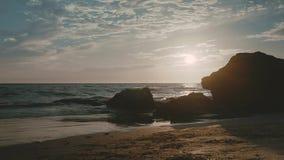 ALBUFEIRA - Vento fortissimo del da della Praia, Algarve, Portogallo archivi video