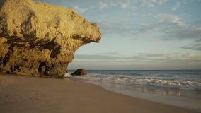 ALBUFEIRA - Vento fortissimo del da della Praia, Algarve, Portogallo stock footage