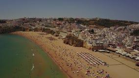 Albufeirastrand en architectuur in kust van Algarve, Portugal stock videobeelden