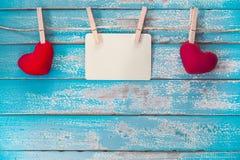 Album in bianco della struttura della foto ed attaccatura rossa del cuore Fotografia Stock