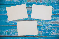 Album in bianco della struttura della foto su fondo di legno blu Immagine Stock