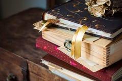 Album d'annata con le memorie, le scatole, il segnalibro e le piante asciutte Fotografie Stock